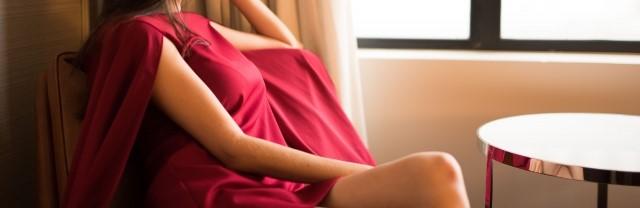 窓側に座る裕福な女性